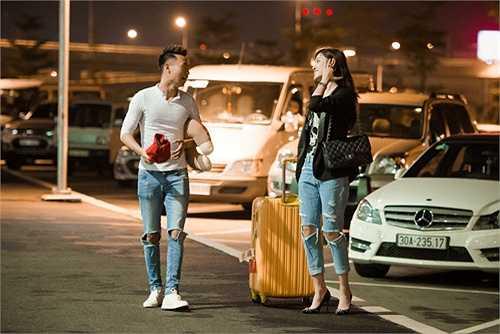 Khác với hình ảnh á hậu kiêu sa, lộng lẫy trên thảm đỏ, Huyền My giản dị với quần jeans, áo thun thoải mái để tiện cho chuyến bay dài