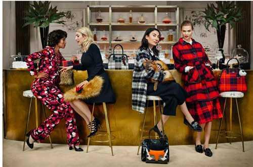 Người mẫu trung niên (thứ 3 từ trái qua) trong một chiến dịch thời trang