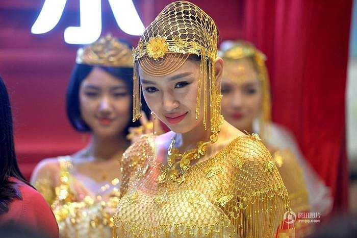 Tại triển lãm trang sức quốc tế Thâm Quyến, các người mẫu đã trình diễn những bộ trang sức cưới bằng vàng ròng rất ấn tượng