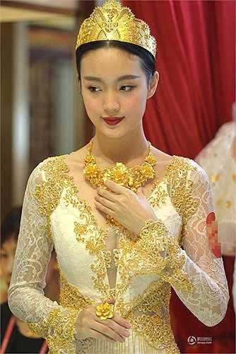 Các mẫu trang sức trang trí áo cưới và đội đầu làm bằng vàng được làm từ 9kg vàng ròng trị giá hàng triệu nhân dân tệ
