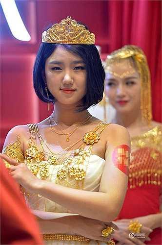 Một kiểu trang sức bằng vàng làm thành bông hoa màu vàng với chiếc vương miện trên đầu cũng bằng vàng thật
