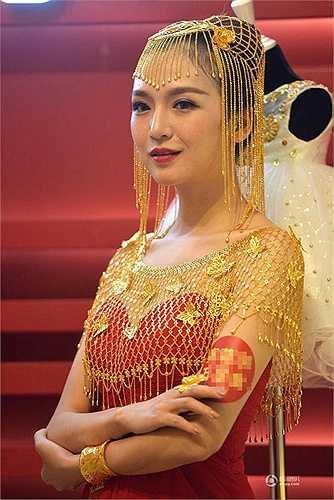 Một kiểu khăn đội đầu cho cô dâu được làm từ các sợi dây vàng rất độc đáo