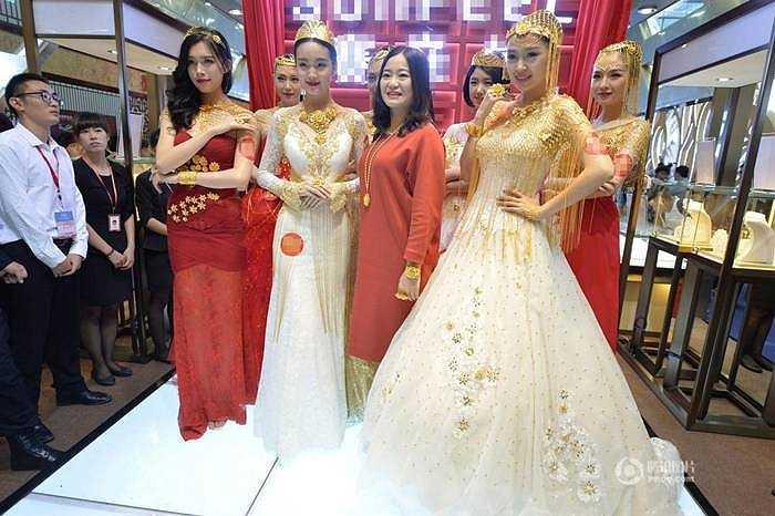 Những sợi dây chuyền vàng, hoa vàng thật lấp lánh trên bộ áo cưới quyến rũ