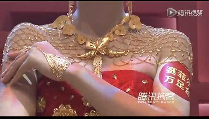 Một người mẫu 'khoe' dây chuyền lấp lánh vàng trong trang sức cưới ấn tượng