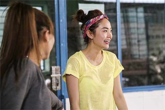 Minh Hằng đến khá sớm, cô tranh thủ dợt lại động tác vũ đạo của một vài ca khúc trong chương trình.
