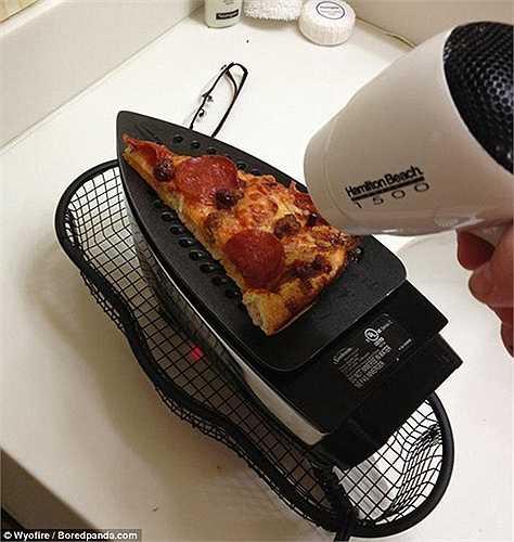 Dùng bàn là và máy sấy để nướng pizza