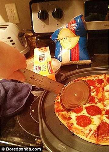 Dùng thước kỹ thuật làm dụng cụ cắt bánh