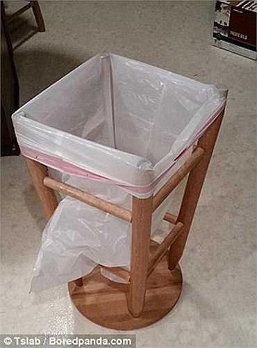 Thùng rác chế bằng cách lật ngửa ghế