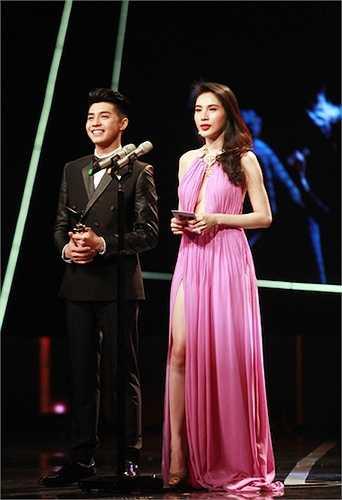 Thủy Tiên cùng nam ca sỹNoo Phước Thịnhvới tư cách người trao giải cho hạng mục Chương trình giải trí ấn tượng trong năm. Cả hai vừa hoàn thành một MV âm nhạc hợp tác chung nói về câu chuyện tình yêu và có nhiều cảnh quay lãng mạn.