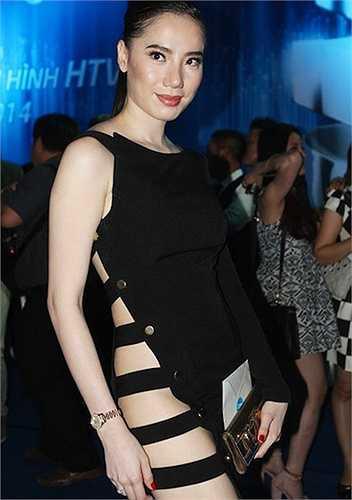 Chung Thục Quyên lễ trao giải HTV Awards 2014 diễn ra tối 5/4/2014 bị hứng nhiều lời chê bai vì bộ váy hở bạo.