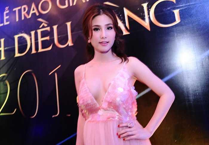 Diễm My 9X tại lễ trao giải Cánh diều vàng 2015 với một chiếc váy che hờ hững vòng một. Nữ diễn viên có đề cử tranh giải đồng thời cótư cách khách mời trao giải.
