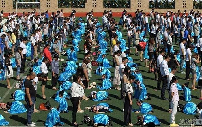 Các học sinh khấu đầu trước cha mẹ khi chuẩn bị ngày đầu tiên đến trường