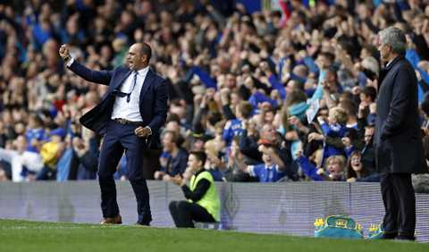 Mourinho lặng người, hai lần nhìn người đồng nghiệp bên phía Everton ăn mừng.