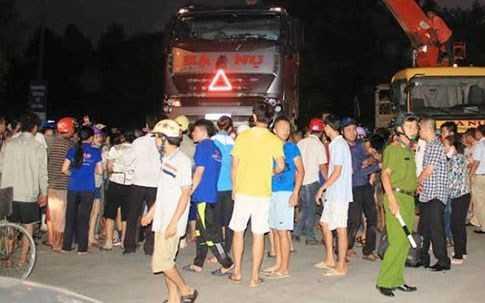 Rất đông người dân vây kín hiện trường sau tai nạn.