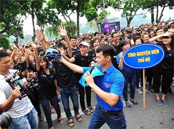 Thanh Hằng đã đáp chuyến bay từ TP HCM ra Hà Nội để dự Lễ phát động Chiến dịch truyền thông toàn dân đội mũ bảo hiểm đạt chuẩn 2015 do cô làm đại sứ.