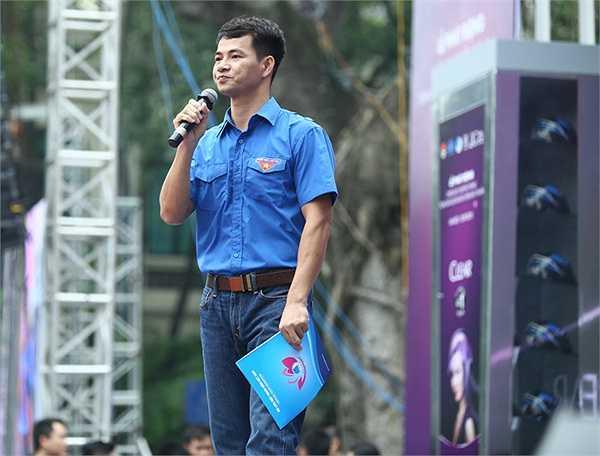 Ngoài Thanh Hằng, diễn viên hài Xuân Bắc cũng tham gia chương trình này với vai trò MC.