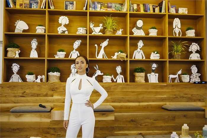 Tại sự kiện, Ái Phương chọn cho mình bộ trang phục trắng bó sát cơ thể nhưng vẫn khoe được cơ thể thon gọn đầy tinh tế.