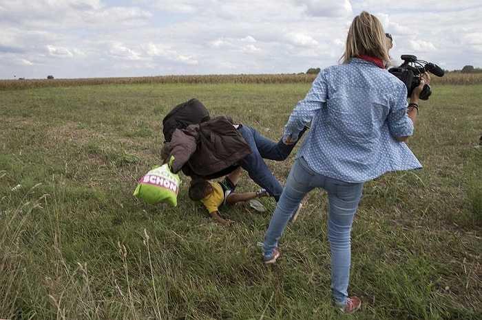 Hình ảnh nữ phóng Petra Laszlo của một kênh truyền hình tư nhân Hungary ngáng chân một người đàn ông di cư đang bế con khiến hai cha con ông ngã nhào xuống đất khiến nhiều người phẫn nộ. Nữ phóng viên này sau đó đã bị sa thải khi video ghi lại hành động của cô lan truyền trên mạng