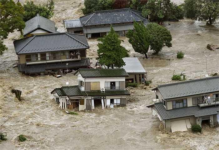 Những ngôi nhà bị lũ cuốn ở thành phố Joso, Ibaraki, Nhật Bản