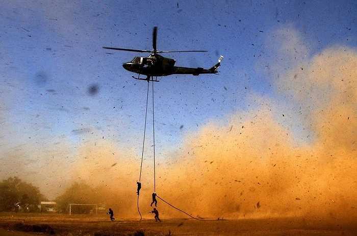 Những người lính nhảy xuống từ máy bay trực thăng trong cuộc diễn tập chống khủng bố ở đại học Hasanuddin, ở Makassar, miền nam Sulawesi