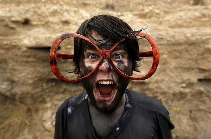 Hình ảnh một người tham gia lễ hội kỳ dị Cascamorras ở làng Baza, Tây Ban Nha
