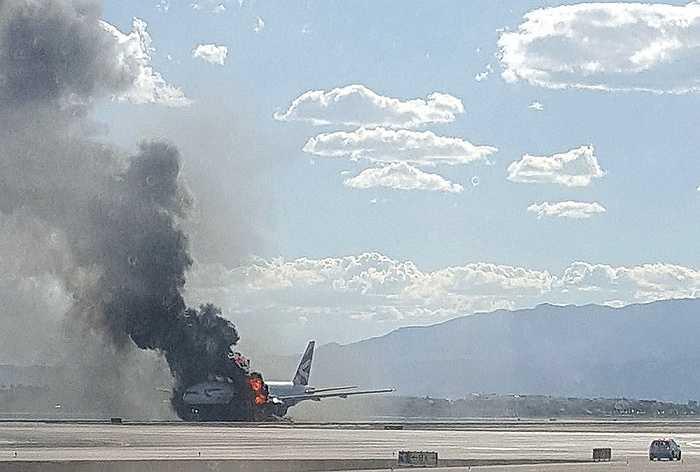 Một chiếc máy bay của hãng hàng không British Airways bốc cháy dữ dội tại sân bay McCarran, Las Vegas, Mỹ