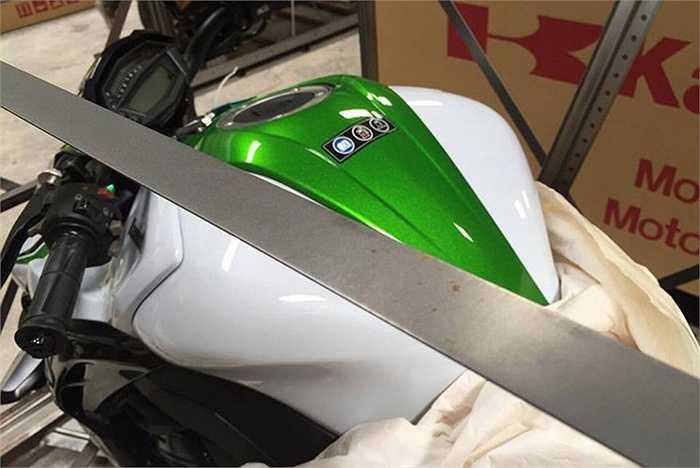 Kawasaki Z1000 2016 được thiết kế không mới, nó chủ yếu được nhà sản xuất thay đổi về màu sắc và một số chi tiết nhỏ.