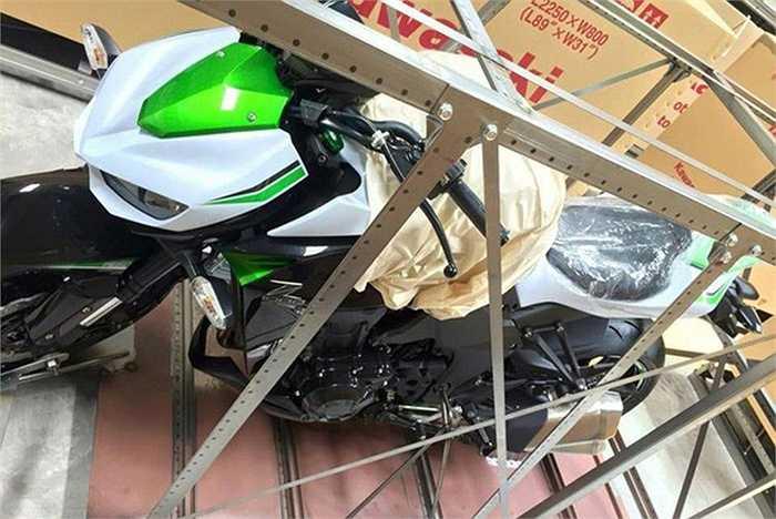 Động cơ của Kawasaki Z1000 kết hợp cùng hộp số 6 cấp. Bình xăng dung tích 17 lít và trọng lượng 221 kg.