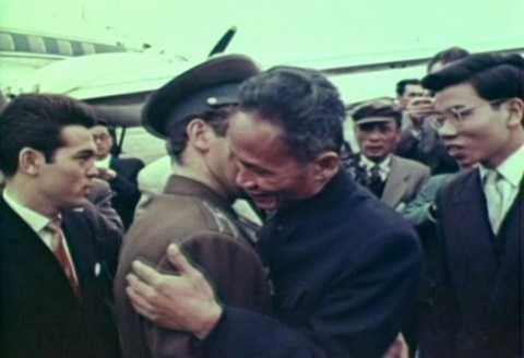Thủ tướng Phạm Văn Đồng ôm hôn thắm thiết Gherman Titov