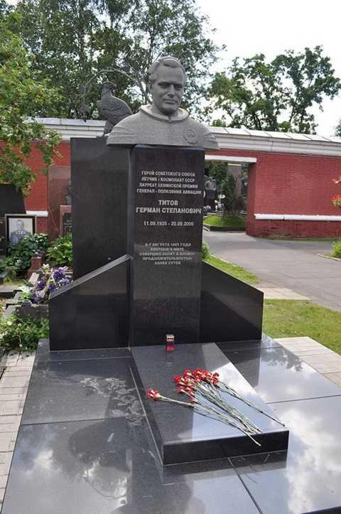 Mộ Titov ở Nghĩa trang Danh nhân tại Matxcơva