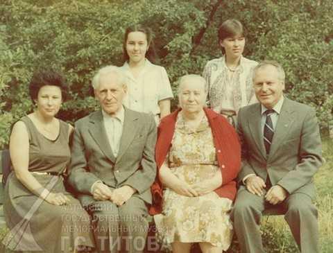 Gia đình Titov (bố mẹ Titov, hai vợ chồng Titovvà hai người con gái)