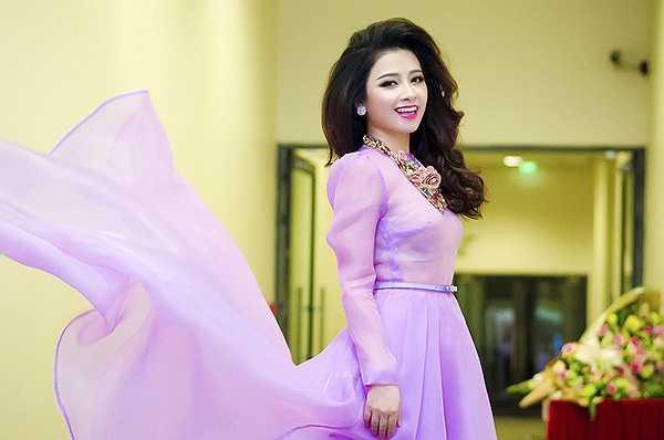 Hà Anh đã có mặt để chỉnh trang phục, hỗ trợ Dương Hoàng Yến trong hậu trường, cũng như đưa tới cho cô những lời khuyên quý giá ngay trước giờ Dương Hoàng Yến ra trình diễn.
