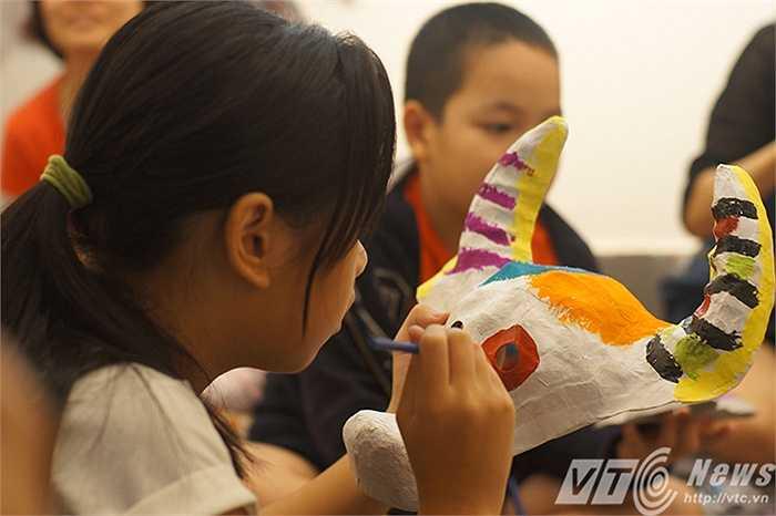 Sau khi những lớp giấy bản trên khuôn đã khô cứng, những chiếc mặt nạ tiếp tục được các em sơn vẽ, trang trí màu sắc theo ý thích mình.