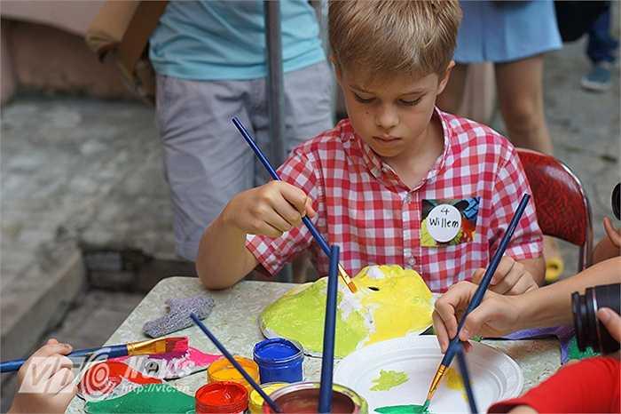 Không chỉ hấp dẫn trẻ em Việt Nam mà còn có rất nhiều em nhỏ nước ngoài cũng vô cùng thích thú khi được tự tay làm nên những chiếc mặt nạ giấy bồi cho riêng mình.