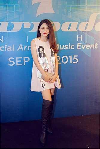 Là một tín đồ của dòng nhạc điện tử, Hương Giang Idol đã có mặt từ rất sớm để thưởng thức đêm nhạc đặc biệt này. Diện chiếc váy hồng dễ thương, nữ ca sỹ ngày càng xinh đep và quyến rũ.
