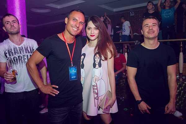 Cô cực kì xinh đẹp bên cạnh hai DJ Jerome Isma-Ae , Ben Gold. Hai anh chàng đều thích thú trước vẻ quyến rũ của nữ ca sỹ 'Ngay dưới hiên nhà'