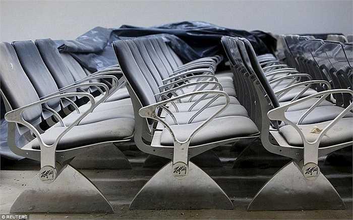 Tất cả đồ đạc trong sân bay đều bao phủ một lớp bụi dày. Không có một bóng người qua lại