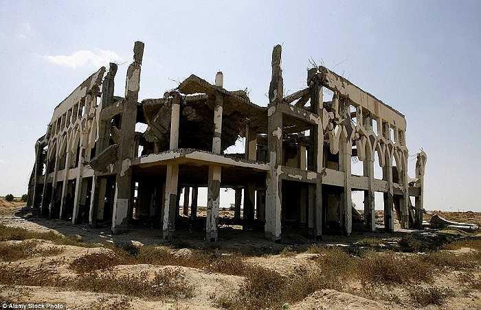 Sân bay này đã phải đóng cửa sau ba năm hoạt động khi lực lượng của Israel ném bom vào các tòa tháp kiểm soát và trạm radar