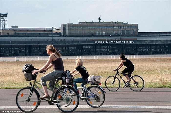 Chuyến bay cuối cùng ở sân bay Tempelhof, Berlin là vào năm 2008. Từ đó đến nay, sân bay này nằm 'im lìm'