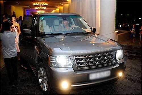 Chiếc xe Range Rover có giá gần 6 tỷ mà cô từng bị bắt gặp khi tham dự sự kiện.