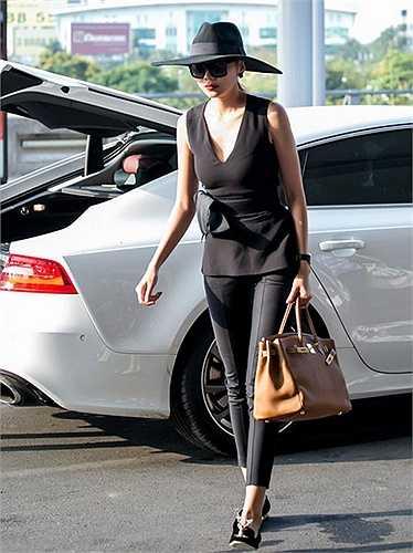 Cây hàng hiệu mà người đẹp diện ước tính hơn 1 tỷ với chiếc túi xách Hermes, đôi giày Giannicho, áo mang thương hiệu Victoria Beckham.