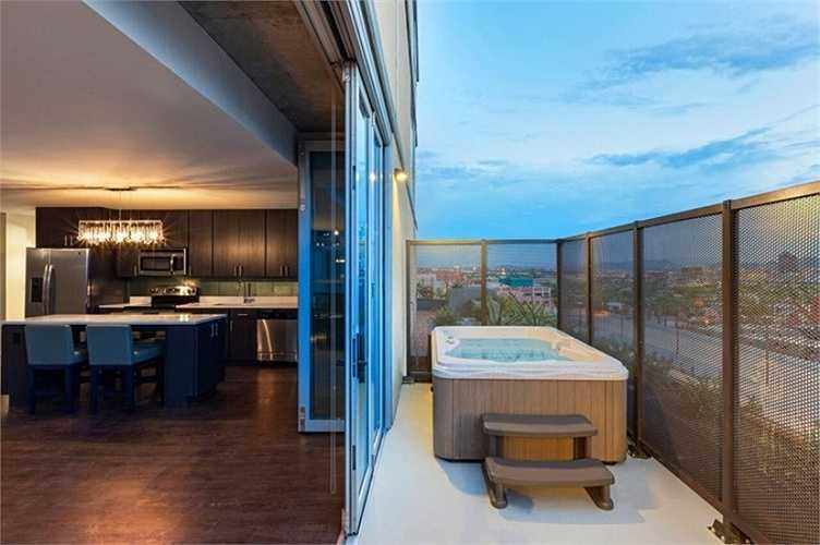 Căn hộ sang trọng nhất của khu Core Campus là The Sapphire 26 VIP với 3 phòng ngủ, 3 phòng tắm sang trọng, Smart TV đắt tiền, loa nghe nhạc cao cấp, tủ lạnh, quầy bar. Giá để thuê căn hộ ký túc này lên tới 4.760 USD/tháng (108 triệu đồng).