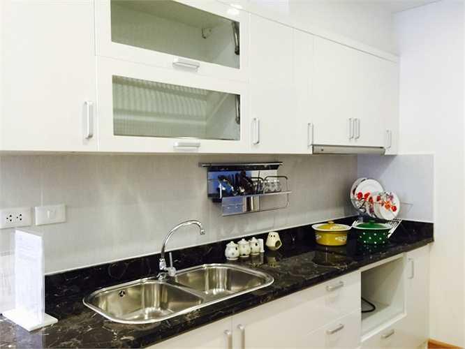 Tủ bếp được thiết kế đơn giản, hiện đại với gam màu trắng