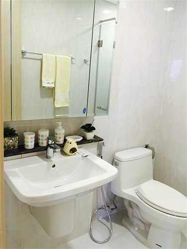 Nhà vệ sinh khá đơn giản nhưng vẫn mang lại vẻ sang trọng cho căn hộ