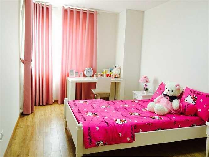 Phòng ngủ được thiết kế với gam màu hồng tạo cảm giác ấm áp và nổi bật trên nền tường màu trắng