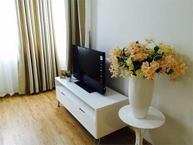Phòng khách được đặt ở nơi thoáng, có tầm nhìn đẹp với chiếc kệ ti vi sang trọng