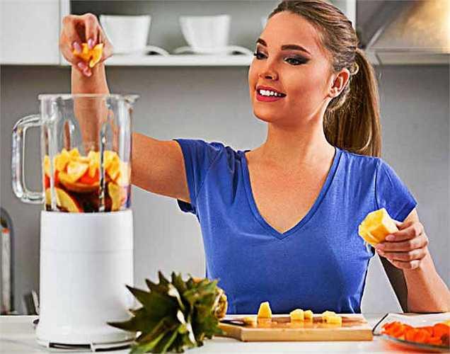 Cắt 4 củ cà rốt, vỏ 3 trái chanh nhỏ, một mẩu gừng nhỏ đã làm sạch. 4 tép tỏi, ép tất cả các thành phần trên. Thêm một thìa bột nghệ và 2 giọt mật ong. Uống một nửa và lưu trữ còn lại để đến tối.