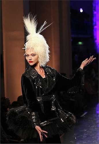 Người mẫu Sasha Pivovarova trên sàn diễn thời trang Paris