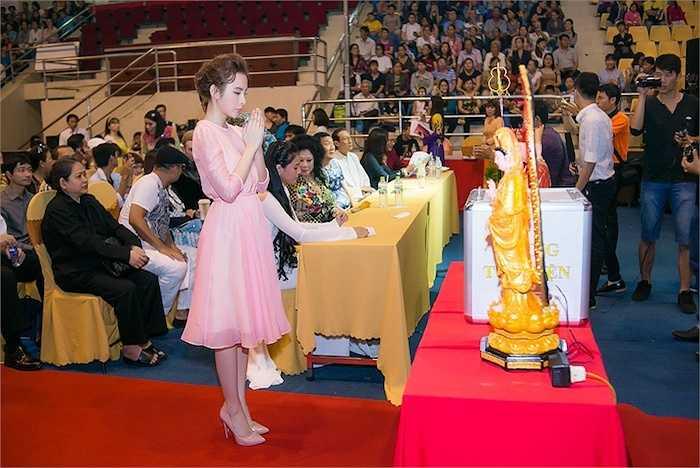 Tinh thần của người đẹp đã nhận được sự ủng hộ của hàng ngàn tín đồ Phật giáo có mặt tham dự sự kiện.