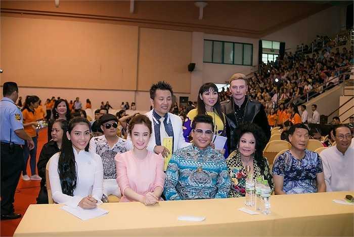 Angela Phương Trinh tạo được thiện cảm của những người tham gia nhờ phong cách thời trang nền nã.